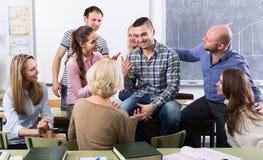Professor som konsulterar olika ålderstudenter royaltyfri bild