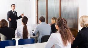 Professor und Fachleute an den Kursen Stockbilder