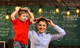 Professor und Schüler am Klassenzimmer in einer Schule, Lehrer besitzen gute hörende Fähigkeiten, Lehrer ist warm lizenzfreie stockfotos