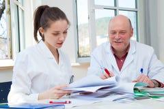 Professor- und Studentenmädchen in der Prüfung Lizenzfreie Stockbilder