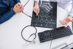 Professordoktor empfehlen Bericht eine Methode mit geduldiger Behandlung, Ergebnisse überprüfen an einen Bildgehirnröntgenfilm üb lizenzfreie stockfotos