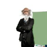 Professore anziano vicino al balckboard isolato su fondo bianco Fotografia Stock