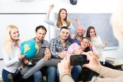 Professore che fotografa i laureati Fotografia Stock