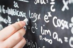 Professore che scrive formula matematica ed equazione Fotografie Stock