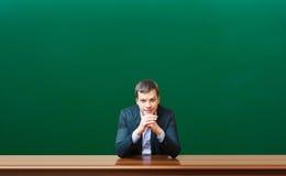 Professore contro la lavagna immagine stock