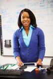 Professore di scienze Standing At Whiteboard con la compressa di Digital immagine stock