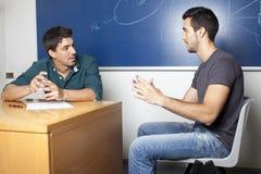 Professore fa le domande durante l'esame fotografia stock libera da diritti