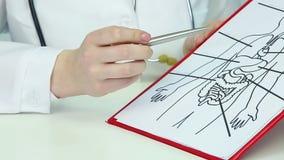 Professore insegna alla classe dell'anatomia alla facoltà di medicina, mostra il diagramma del corpo umano archivi video