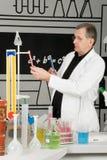 Professore in laboratorio fotografie stock