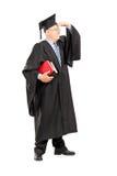 Professore maschio dell'istituto universitario in abito che guarda con consegna gli occhi Fotografie Stock Libere da Diritti