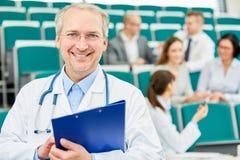 Professore o conferenziere senior della medicina Fotografia Stock