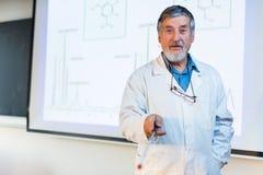 Professore senior di chimica che dà una conferenza Fotografia Stock