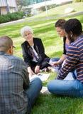 Professore universitario Outdoors con gli studenti Fotografia Stock Libera da Diritti