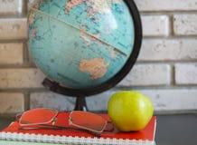Professores do mundo & x27; Dia na escola Ainda vida com livros, globo, Apple, vidros Foto de Stock Royalty Free