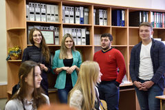 Professores que apresentam sua universidade para potenciais estudantes Foto de Stock