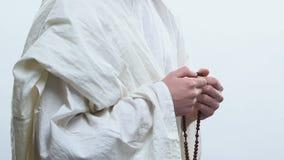 Profeta que reza ao deus que usa grânulos de oração para marcar repetições das orações, rosário vídeos de arquivo