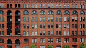Profiel luchtmening van rood baksteenflatgebouw omgezet van fabriek stock videobeelden