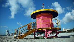 Profiel van de Roze Toren van de Badmeester in het Strand van het Zuiden Stock Foto's