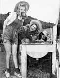Profiel van drie jonge vrouwen die voor appelen bobbing (Alle afgeschilderde personen leven niet langer en geen landgoed bestaat  stock fotografie