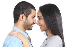 Profiel van een Arabisch paar dat elkaar kijkt royalty-vrije stock afbeelding