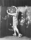Profiel van een jonge vrouw die rolschaatsen dragen die een veerhoed dragen (Alle afgeschilderde personen langer ex leven niet en royalty-vrije stock fotografie