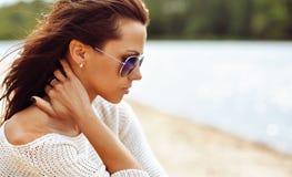 Profiel van een mooie donkerbruine vrouw in zonnebril Royalty-vrije Stock Foto's