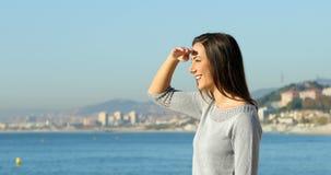 Profiel van een vrouw die op het strand verkennen stock footage