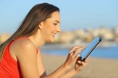 Profiel van een vrouw het doorbladeren tablet online inhoud royalty-vrije stock fotografie