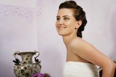 Profiel van Gelukkige Bruid in modieuze binnenlands Royalty-vrije Stock Foto