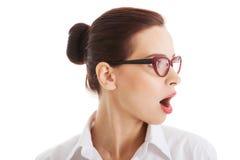 Profiel van geschokte, verraste vrouw in oogglazen. Stock Foto's