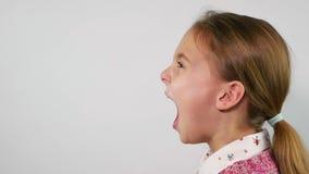 Profiel van het jonge meisje luid gillen boos en Langzame Motie stock footage