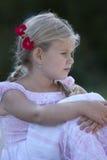 Profiel van jong meisje met bloemen in haar haar Royalty-vrije Stock Afbeeldingen