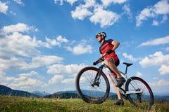 Profiel van jonge atletische toeristenfietser in professionele sportkleding die een fiets beginnen te cirkelen royalty-vrije stock afbeeldingen
