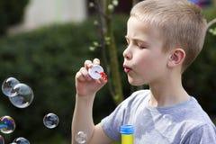 Profiel van leuke knappe kleine blonde kindjongen met grappige seriou Stock Foto