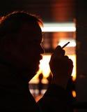 Profiel van nadenkende roker Stock Foto's