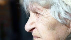 Profiel van oude sprekende vrouw Close-up royalty-vrije stock afbeelding