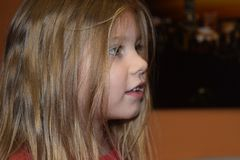 Profiel van weinig mooi Kaukasisch kind, zijaanzicht royalty-vrije stock foto's