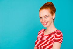 Profiel zijportret van aardig leuk aantrekkelijk vrolijk meisjesachtig s royalty-vrije stock foto