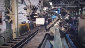 Profielen van het handarbeiders de scherpe aluminium Productiebanen Professionele arbeiders die vensters op een fabriek producere stock videobeelden