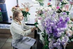 Profielfoto van aandachtige bloemist dat nemende boeket stock foto