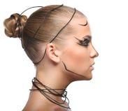 Profielgezicht van mooi cybermeisje met lineaire zwarte make-up i Royalty-vrije Stock Foto's