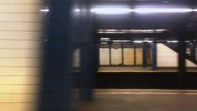 Profielmening van Metro die de Post van Manhattan verlaten stock video
