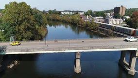 Profielmening van verkeer op Ambtenaar McCray Rob Memorial Bridge stock videobeelden