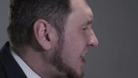 Profielportret van de mens in een pak dat lezend een tik, zingt of snel iets terwijl actief zegt stock video