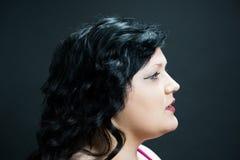 Profielportret van een jong vrouwenmodel tegen een zwarte achtergrond Stock Fotografie