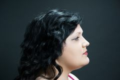 Profielportret van een jong vrouwenmodel tegen een zwarte achtergrond Stock Foto's