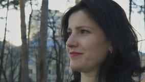 Profielportret van een vrouw die, in langzame motie vooruitzien stock footage