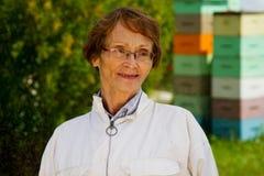 Profil av äldre beekeeper Arkivfoto