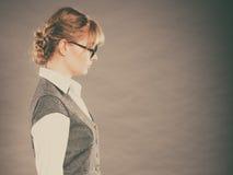 Profil av den eleganta unga affärskvinnasekreteraren Arkivbild