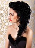Profil av den härliga flickan med ursnyggt hår- och aftonsmink arkivfoto